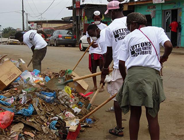 Pré-collecteurs d'ordures ménagères à l'ouvrage, le 14 août 2014 à Libreville. © Gabonreview